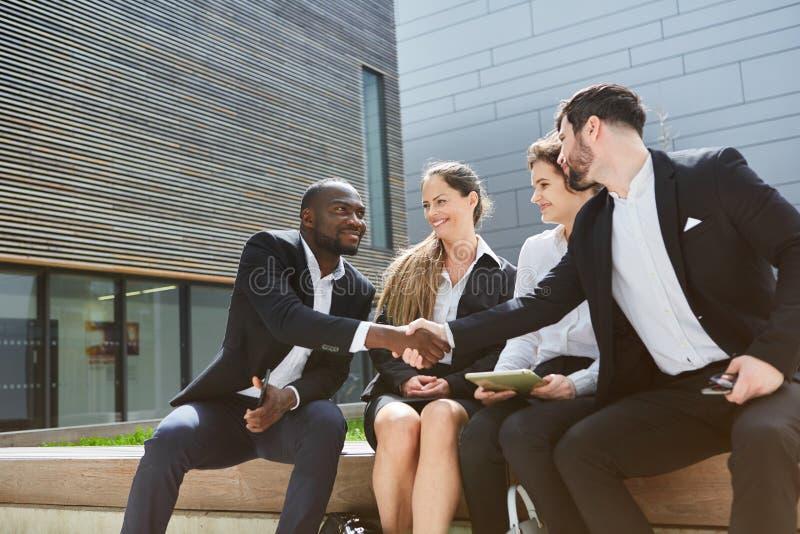 Geschäftsmänner rütteln Hände lizenzfreies stockfoto