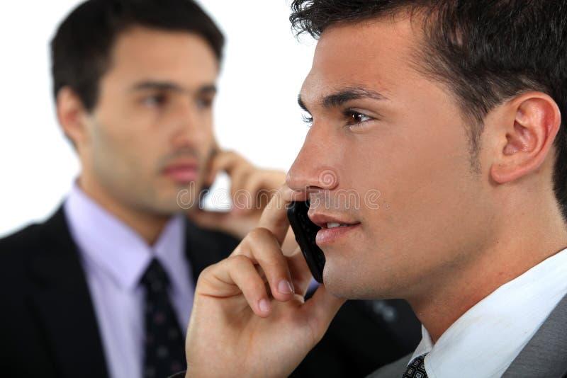Geschäftsmänner am Telefon stockfoto
