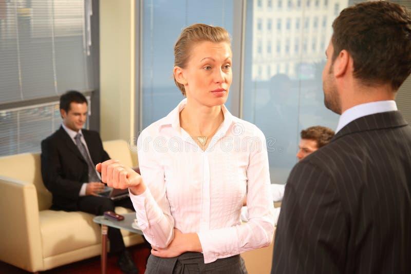 Geschäftsmänner und Geschäftsfrau lizenzfreie stockfotografie