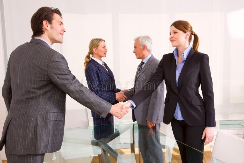 Geschäftsmänner und Geschäftsfrauen lizenzfreie stockfotos