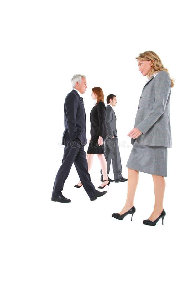 Geschäftsmänner und Geschäftsfraugehen stockfotos