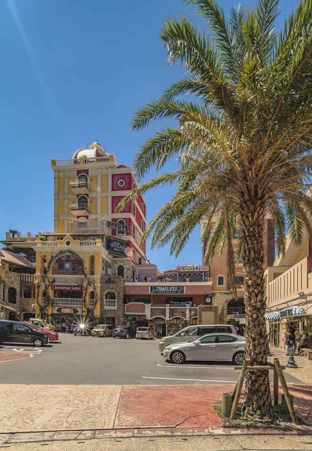 Geschäftsmall des amerikanischen Dorfs von Chatan-Stadt in Okinawa-Insel wo Verzerrungs-Küste, Eichen-Mode und Depot-Insel-Küste lizenzfreie stockfotos