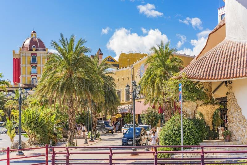 Geschäftsmall des amerikanischen Dorfs von Chatan-Stadt in Okinawa-Insel wo Verzerrungs-Küste, Eichen-Mode und Depot-Insel-Küste stockbilder