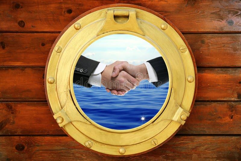 Geschäftsmanhändedruckansicht vom runden Fenster des Bootes lizenzfreies stockfoto