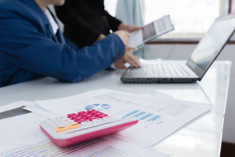 Geschäftsmannüberzeugte Exekutivkollegen, die im Büro sich treffen und sich besprechen lizenzfreies stockbild