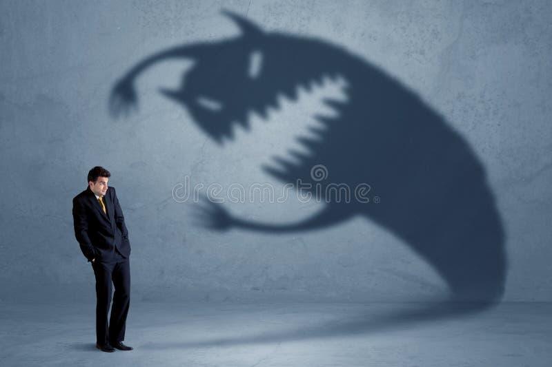 Geschäftsmann ängstlich von seinem eigenen Schattenmonsterkonzept lizenzfreie stockbilder