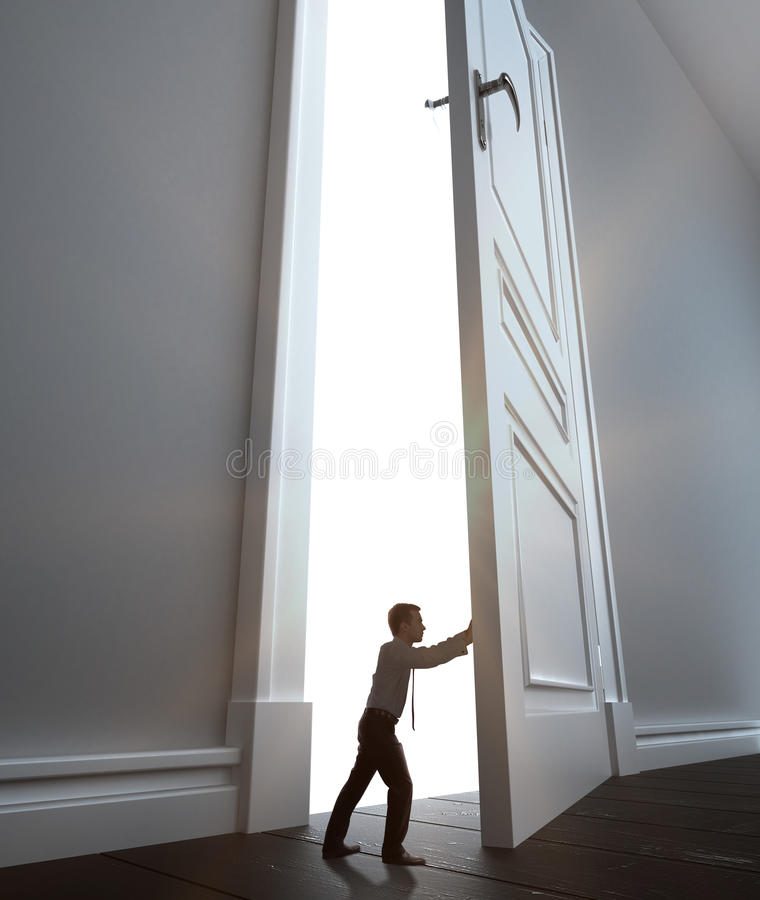 Geschäftsmann öffnet Tür stockbild