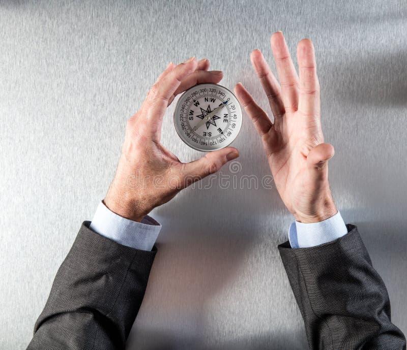 Geschäftsmann übergibt das Halten des Kompassses und sucht nach Unternehmensidee oder Orientierung lizenzfreie stockfotografie