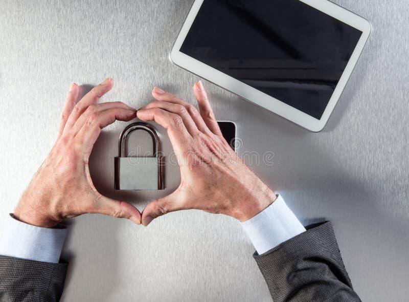 Geschäftsmann übergibt das Zeigen des Kernsymbols der Berufssicherheit, Datenglaube stockbilder