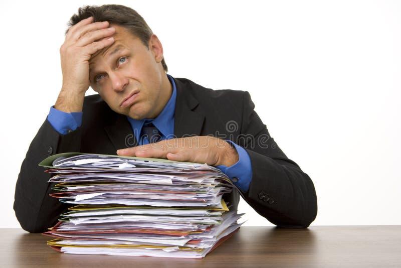 Geschäftsmann überwältigt von Paperwork lizenzfreie stockfotografie