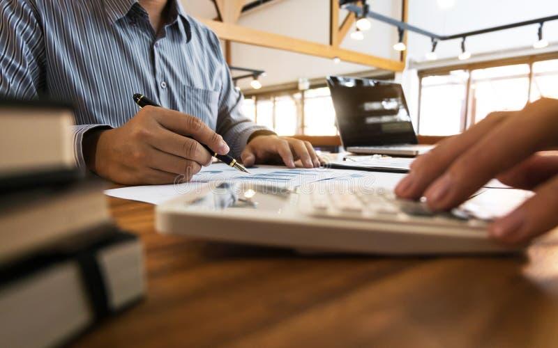 Geschäftsmann-Analysedatendokument mit dem Buchhalter, der über Gebührensteuer in einem Büro berechnet stockbilder