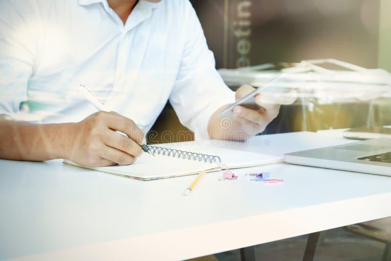 Geschäftsmann analysieren das Arbeiten mit on-line-Informationen stockbild