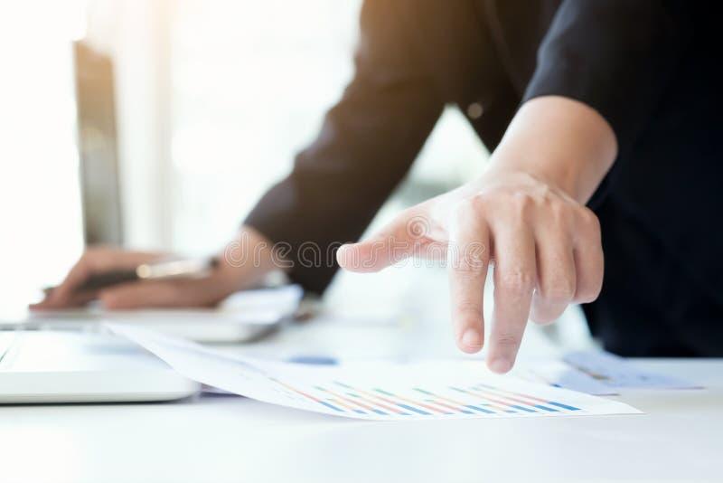 Geschäftsmann analysieren Geschäftsmarketing-Daten lizenzfreie stockfotos