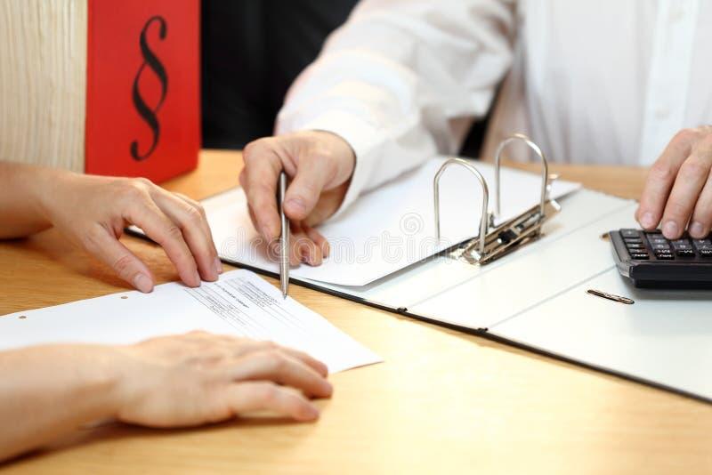 Geschäftsmann arbeitet an einem Steuerdokument stockfoto