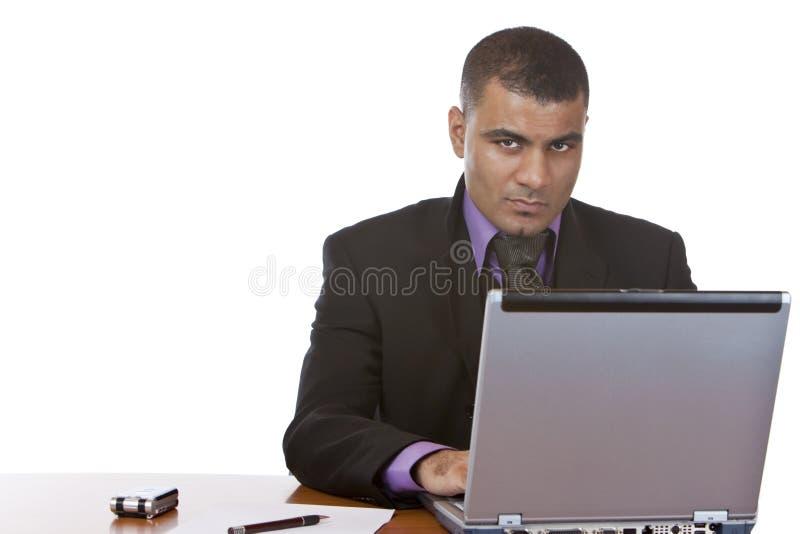 Geschäftsmann arbeitet im Büro auf Laptop lizenzfreies stockbild
