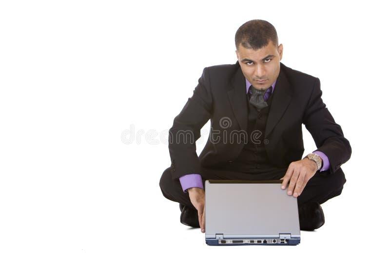 Geschäftsmann arbeitet an Laptop stockfoto