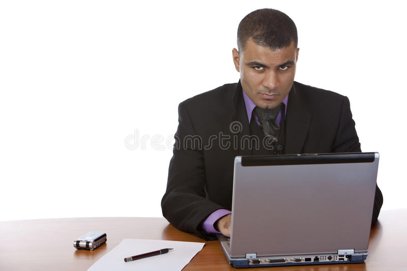 Geschäftsmann arbeitet an Laptop im Büro stockbilder