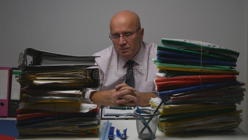 Geschäftsmann in Archive Room Tired und Dateien Depressed Person Studying Company stockbilder