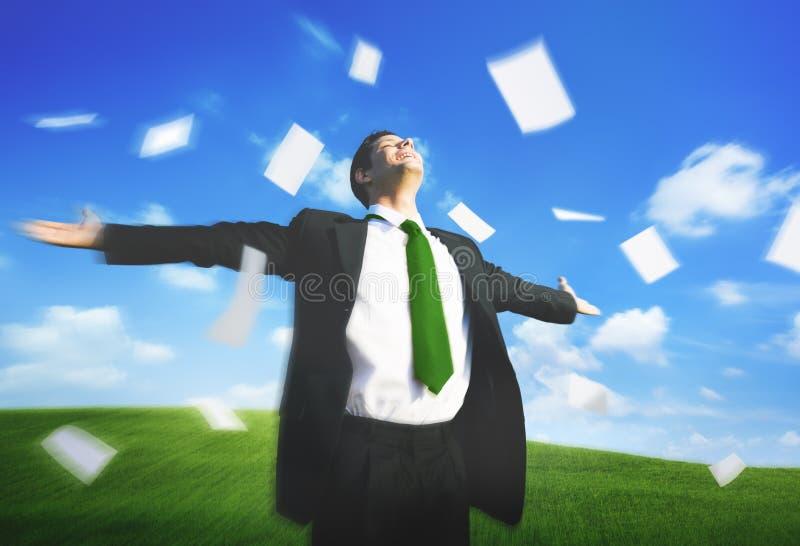 Geschäftsmann-Arms Outstretched Getaway-Freiheits-Fliegen-Papier Conce stockfotos