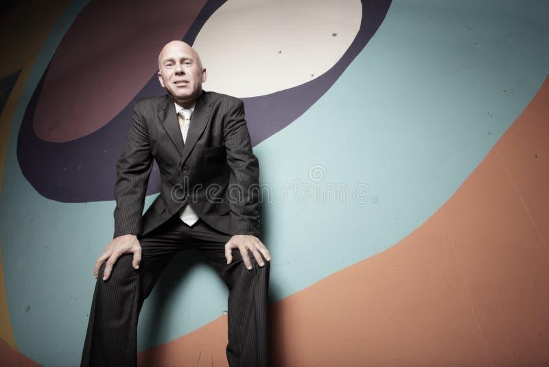 Geschäftsmann auf abstrakten Farben stockfotografie