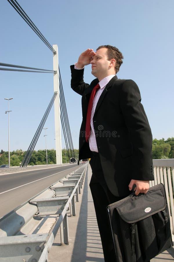 Geschäftsmann auf Brücke lizenzfreies stockfoto