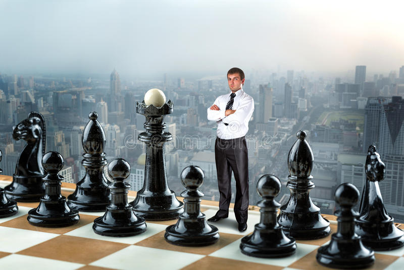 Geschäftsmann auf dem Schachbrett lizenzfreie stockfotos