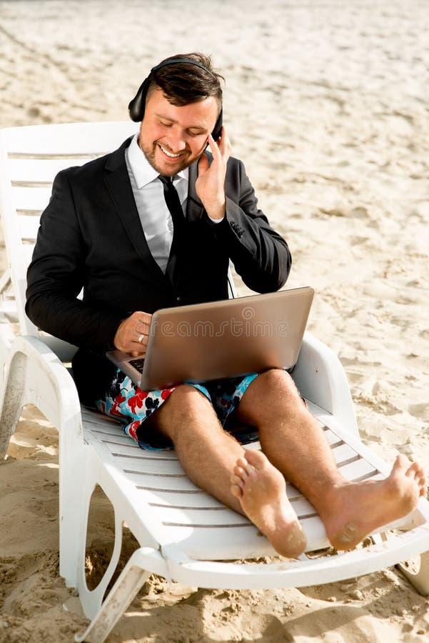 Geschäftsmann auf dem Strand stockbilder