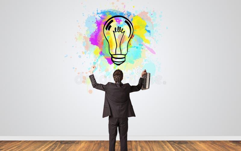 Geschäftsmann auf der Suche nach neuen Ideen lizenzfreies stockfoto