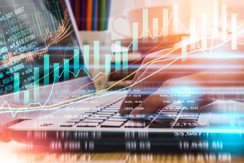 Geschäftsmann auf digitalem Börsefinanz- Indikator-backgro stockfoto