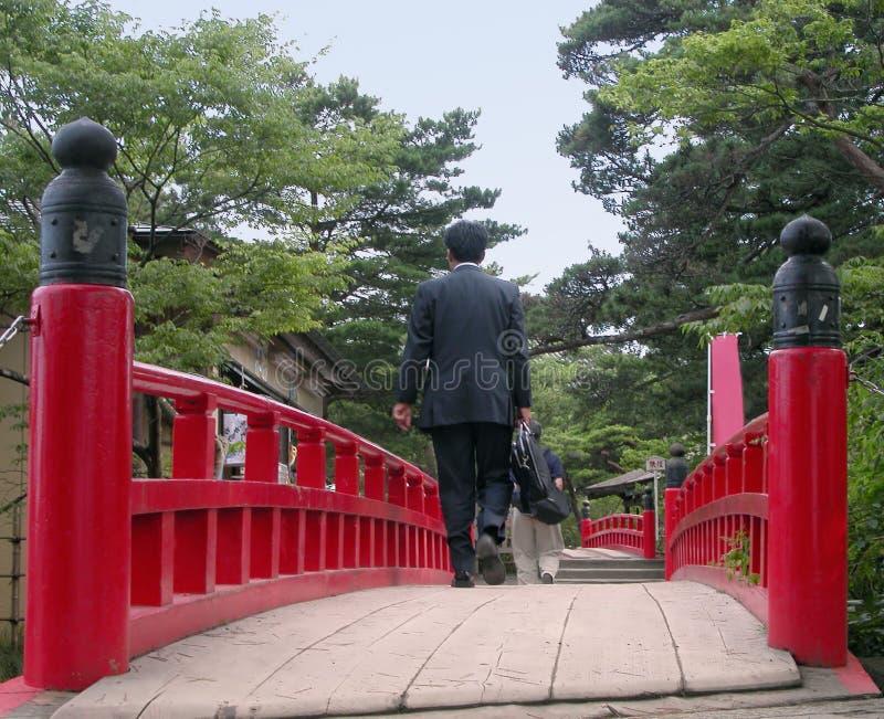 Geschäftsmann auf einer Brücke lizenzfreie stockfotografie
