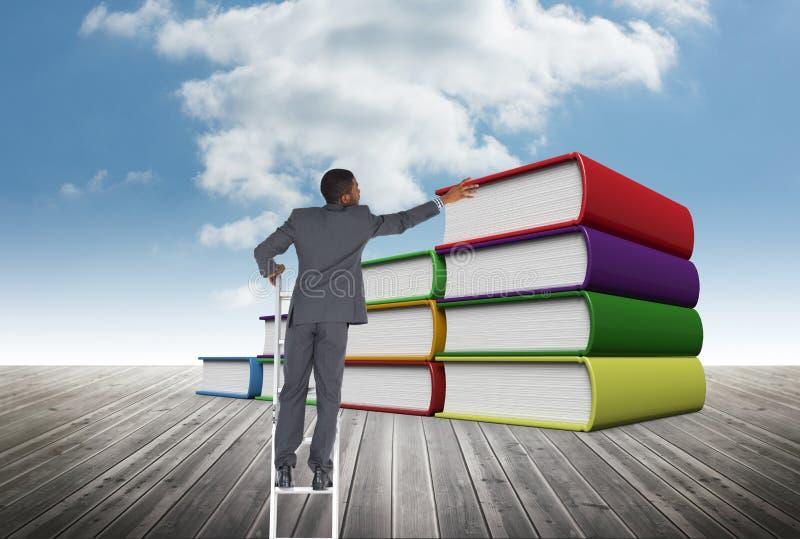 Geschäftsmann auf einer Leiter gegen Bücher stockbild