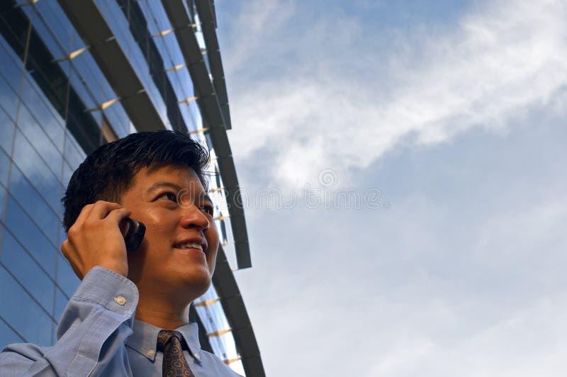 Geschäftsmann auf Handy (horizontales Format) stockfoto