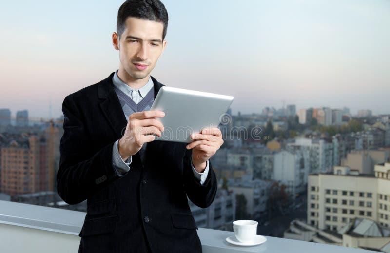 Geschäftsmann auf Kaffeepause stockbild