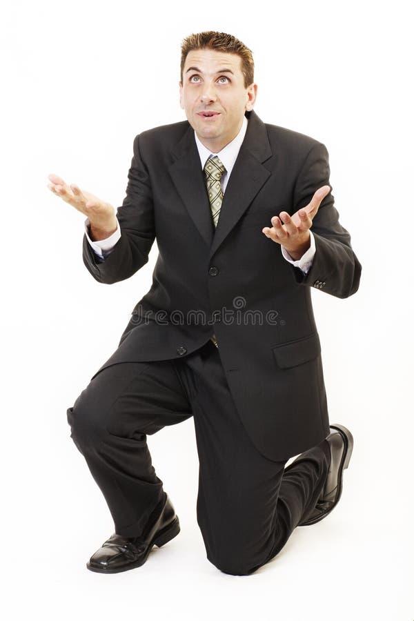 Geschäftsmann auf Knien lizenzfreies stockbild