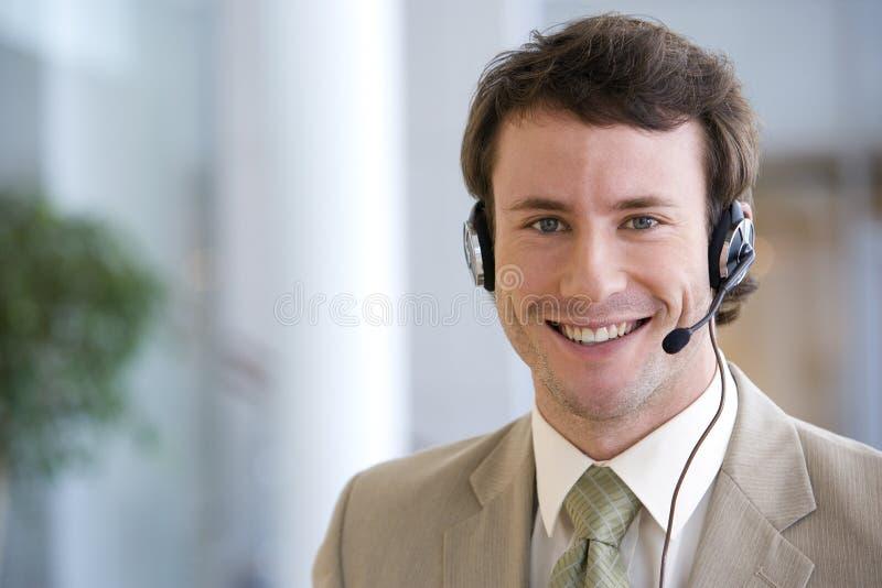 Geschäftsmann auf Kopfhörer stockfotografie