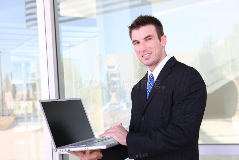 Geschäftsmann auf Laptop-Computer lizenzfreie stockbilder