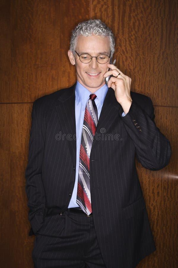 Geschäftsmann auf Mobiltelefon lizenzfreie stockfotografie