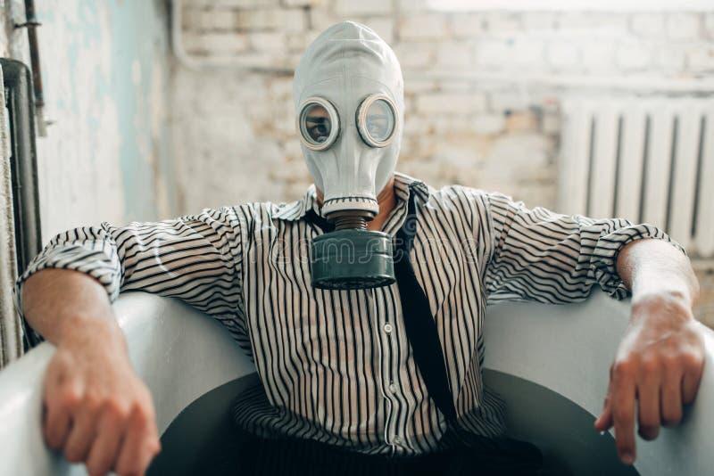 Geschäftsmann bankrott in der Gasmaske, Selbstmordmann stockfotografie