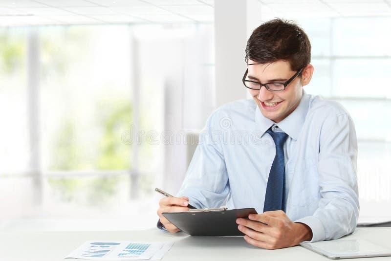 Geschäftsmann beim Arbeiten lizenzfreie stockfotos