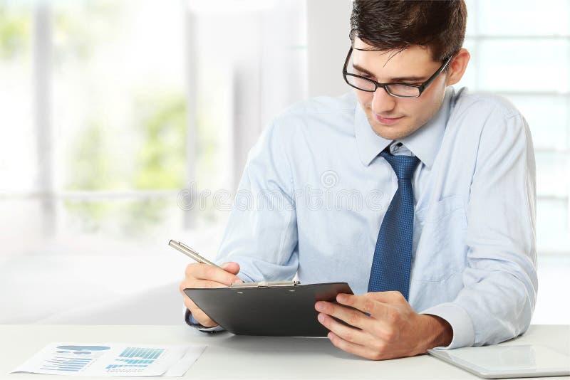 Geschäftsmann beim Arbeiten lizenzfreie stockfotografie