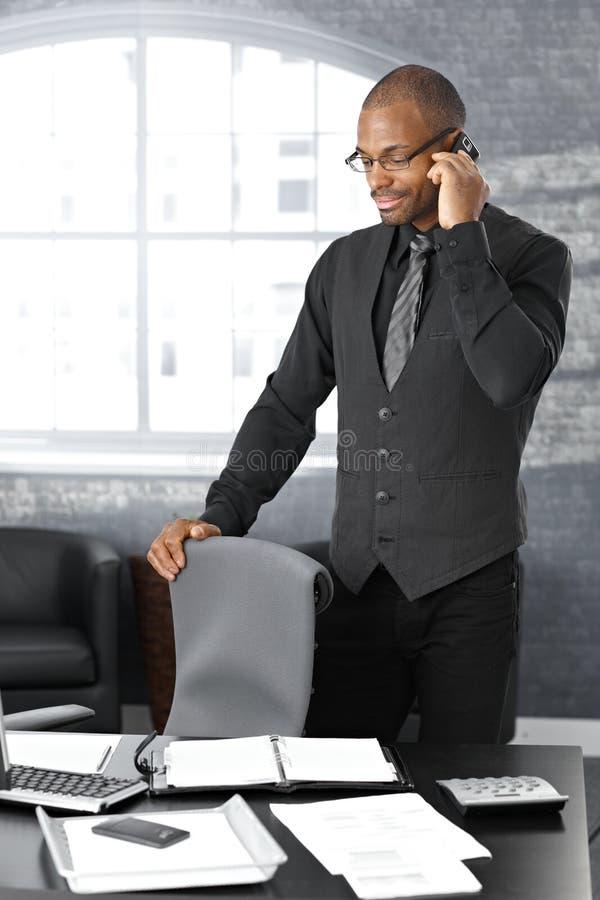 Geschäftsmann beim Aufruf lizenzfreies stockfoto