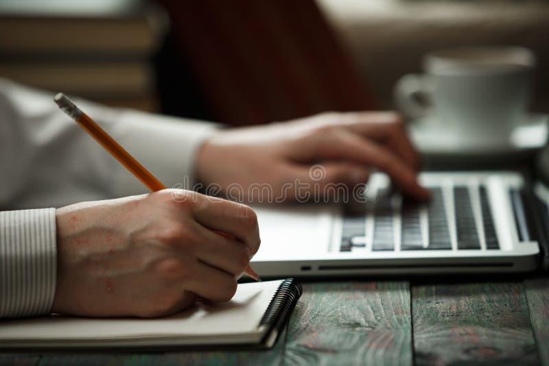 Geschäftsmann berechnen über Kosten und Handelnfinanzierung im Büro lizenzfreies stockfoto