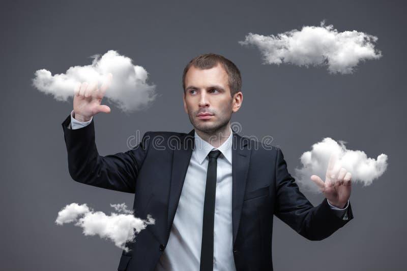 Geschäftsmann betätigt virtuelle Wolkenknöpfe lizenzfreies stockfoto