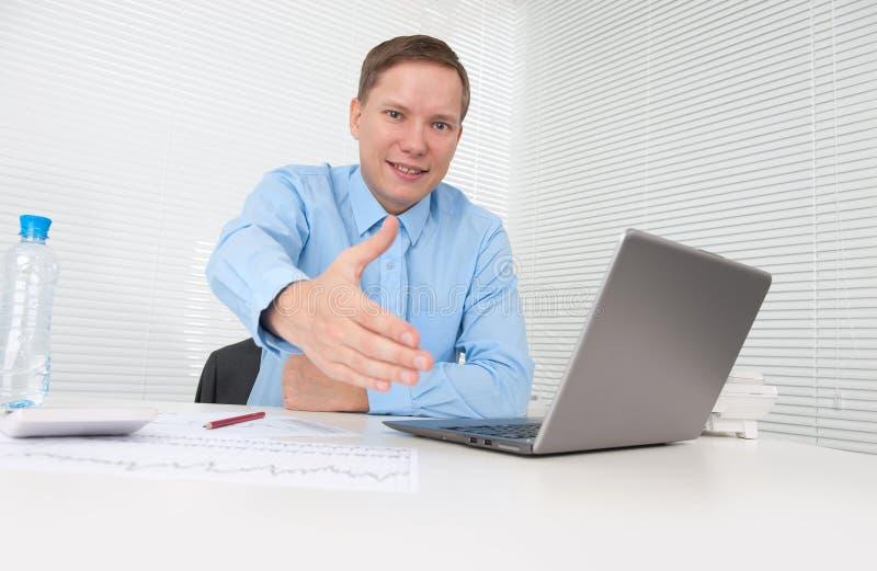 Geschäftsmann betriebsbereit, ein Abkommen einzustellen lizenzfreie stockfotos