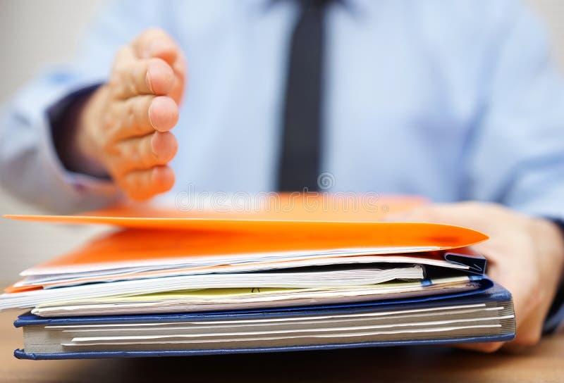 Geschäftsmann bietet Hand seinem Partner an, wenn er documen annimmt lizenzfreie stockbilder