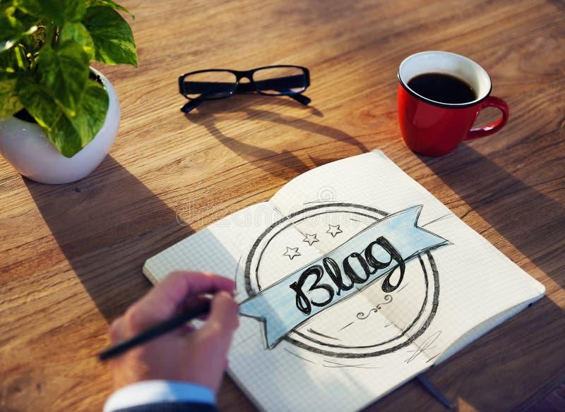 Geschäftsmann Brainstorming About Blogging lizenzfreie stockbilder