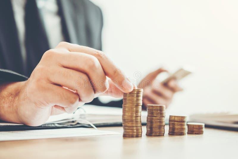 Geschäftsmann Buchhaltung, die das gekostete wirtschaftliche Budget setzt Reihe berechnen und Münze schreiben Finanz-, Investitio stockbilder