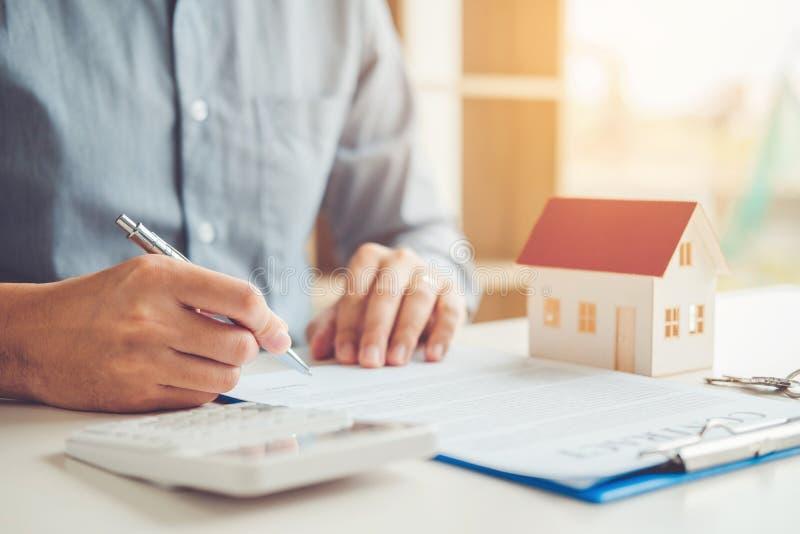 Geschäftsmann Buchhaltungs-Rechenkosten wirtschaftlich lizenzfreie stockbilder
