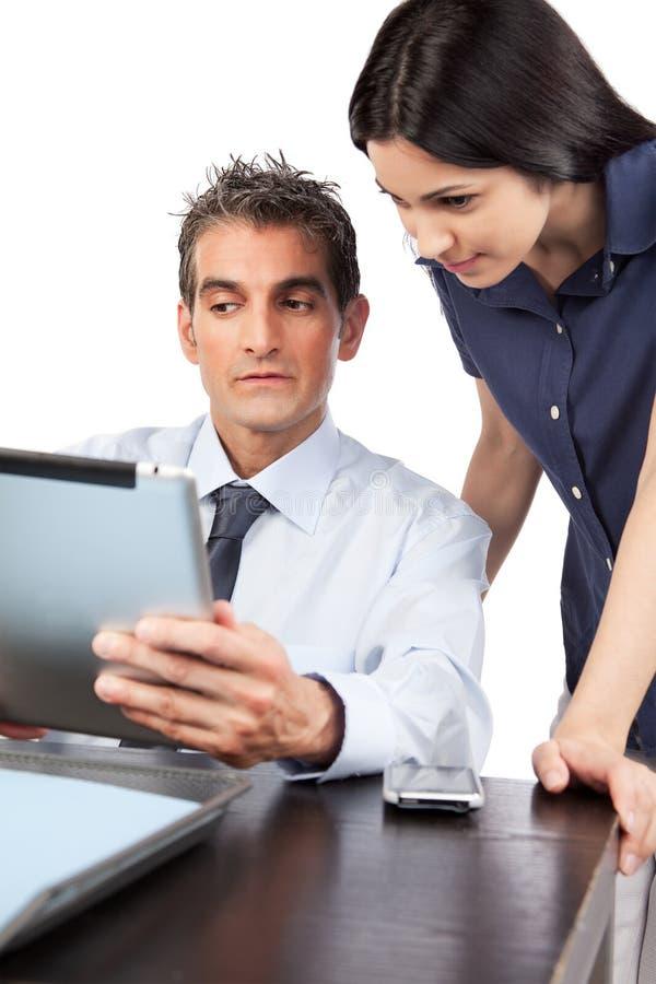 Geschäftsmann-And Businesswoman At-Arbeit lizenzfreie stockfotografie