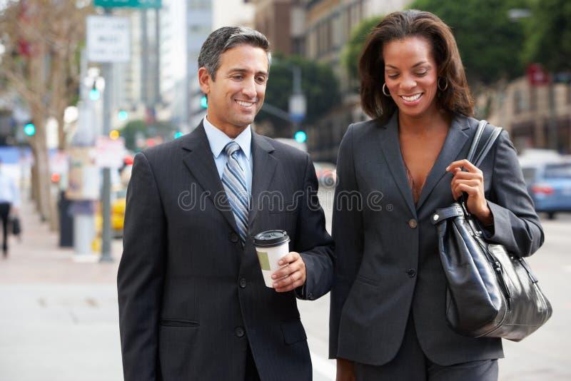 Geschäftsmann-And Businesswoman In-Straße mit Mitnehmerkaffee lizenzfreies stockfoto
